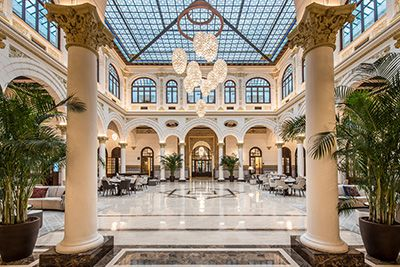 La cadena Hoteles Santos nace en 1970 con la apertura del Hotel Praga de Madrid.