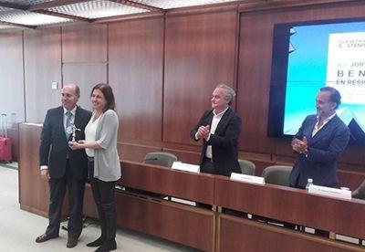 Entrega el Premio el secretario general de Empleo de la Junta de Andalucía, Manuel Caballero Velázquez, y recoge la Directora de Marketing de Grupo Hermanos Martín, Delia Pascual.